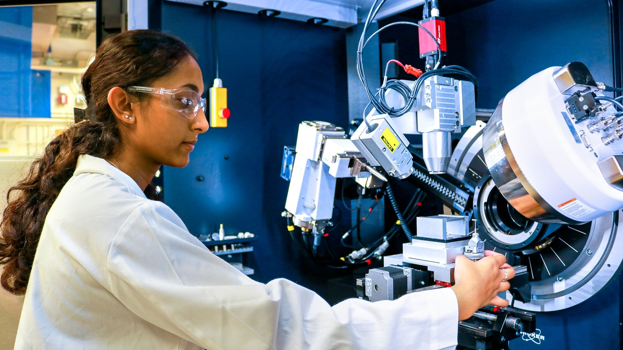 Sandhya Ganesan '20 operates an X-ray diffractometer.