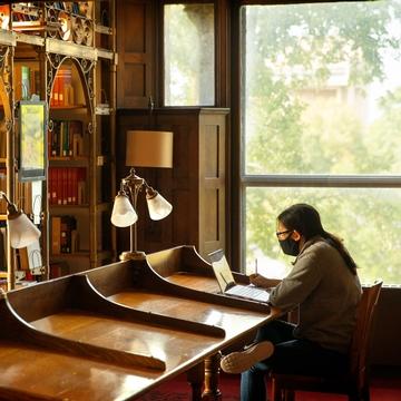 一个学生在康奈尔大学的A.D.怀特图书馆学习