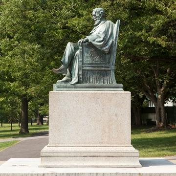 康奈尔大学艺术广场上的A.D.白色雕像