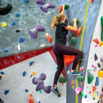 康奈尔大学林赛斯攀岩中心的学生攀岩