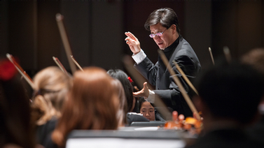 Chris Kim conducts the Symphony Orchestra